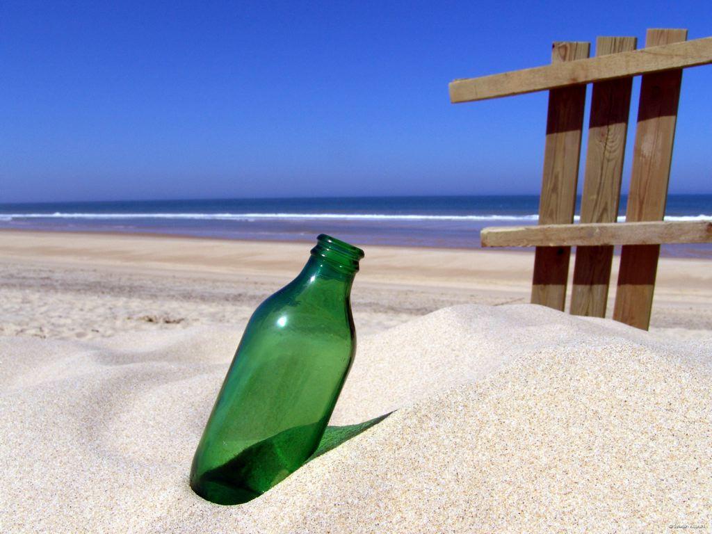 garrafa-vazia-na-praia-wallpaper-20751