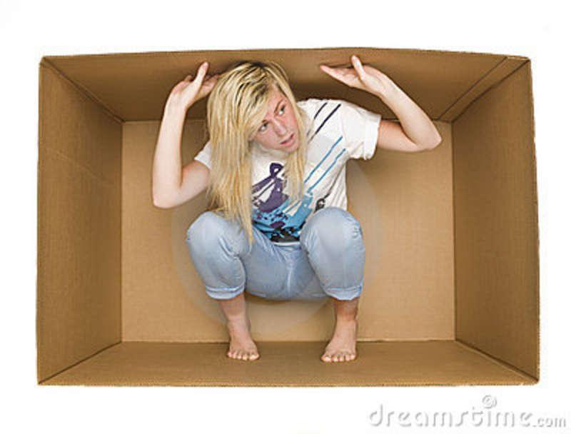 mulher-dentro-de-uma-caixa-de-cradboard-14626360