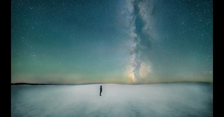20set2013---aparecendo-como-uma-coluna-de-fumaca-subindo-do-horizonte-uma-faixa-escura-de-poeira-marca-o-plano-da-via-lactea-nesta-imagem-que-ficou-em-segundo-lugar-na-categoria-pessoas-e-espaco-feita-1379677058120_956x5