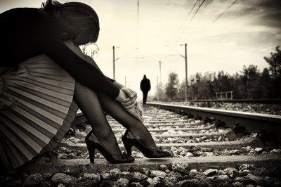 mulher e trilho de trem karlabardanza