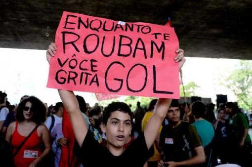 t_104916_entre-os-protestos-contra-a-copa-os-manifestantes-pediam-menos-corrupcao-e-melhores-sistemas-de-saude-e-educacao