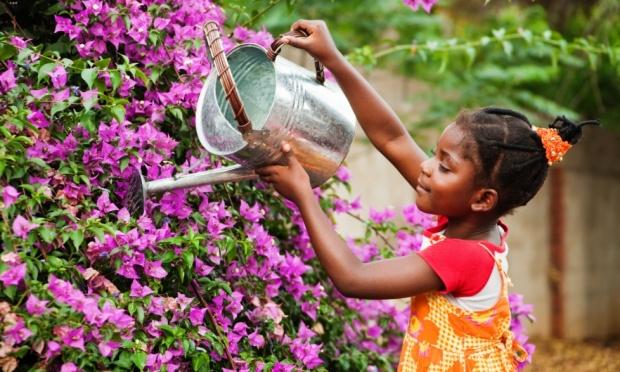 menina-cuidando-do-jardim-44348