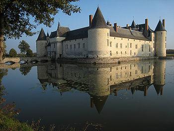 350px-Castle_Plessis_Bourre_2007_02